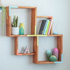Learn how to build a simple wall shelf with this full tutorial, video and plans. This modern DIY display shelf is the perfect beginner woodworking project. wood projects projects diy projects for beginners projects ideas projects plans Woodworking Plans Beginner, Diy Kids Table, Wood Projects For Beginners, Dremel Wood Carving, Modern Diy, Simple Woodworking Plans, Scrap Wood Projects, Drop Cloth Projects, Bookshelves Diy