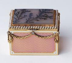 Fabergé box with two-colour gold, pink guilloché enamel, rose diamonds, and a moss agate panel. Henrik Wigström, 1908. Acquired by Queen Alexandra.
