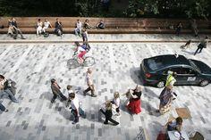 """""""Sabemos más sobre el hábitat del oso panda que del ser humano"""". Jan Gehl está cansado de ver cómo la planificación urbana pasa por alto al ser humano. """"Los arquitectos y los planificadores de ciudades viven desconectados de las personas. Se proyectan enormes edificios que miran al cielo y se añaden más carriles para los […]"""