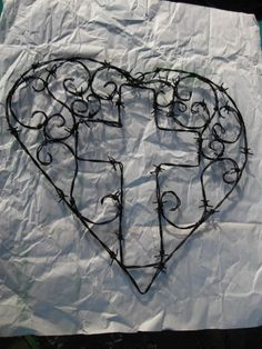 Ask guys if they would - Barbed wire cross within a heart Barb Wire Crafts, Metal Crafts, Western Crafts, Western Decor, Wire Crosses, Wooden Crosses, Barbed Wire Art, Cross Art, Cross Crafts