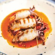 Dit recept - van duurzame visexpert Bart van Olphen- van gevulde pijlinktvis wordt in Italie 'calamari ripieni' genoemd. Vraag je visboer om de inktvis schoon te maken. 1 Meng de gamba's met de ansjovis, dehelft van het knoflook en de...