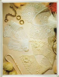 Crochet lace collars. Especially the one made up of 7 square rose motifs ~~ Ivelise Feito à Mão: Golinhas Lindas De Crochê