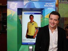 Conhecida por ações inovadoras, a Netshoes lançará em São Paulo uma máquina para vender artigos esportivos, que aproveita a Copa para estrear com a camisa da seleção brasileira. O cliente pode ver o produto em alta resolução, girá-lo em 360° na tela sensível ao toque, e pagar com os principais cartões. No IDG Now!