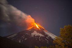 Foto mostra o vulcão Villarica em erupção na madrugada desta terça-feira (3) em Pucon, no Chile (Foto: Ariel Marinkovic/AFP)