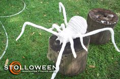 Plastic bag, newspaper and wire spiders Holidays Halloween, Fall Halloween, Halloween Party, Happy Halloween, Creepy Halloween Props, Diy Halloween Decorations, Halloween Projects, Halloween Ideas, Homemade Halloween