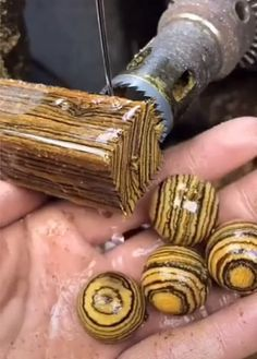 So werden diese Holzkugeln hergestellt This is how these wooden balls are made How this wooden balls are made – # metal Diy Craft Projects, Lathe Projects, Diy And Crafts Sewing, Wood Turning Projects, Woodworking Projects Diy, Woodworking Furniture, Diy Crafts, Wood Carving Tools, Wood Tools