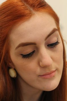 ginger - red hair - make up - maquiagem - pin up eyeliner - delineador gatinho - retro earings - batom nude - nude lips - piercing