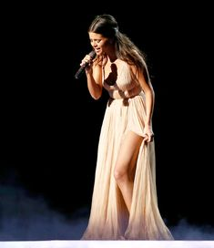 Selena Gomez Cries at 2014 AMAs, Sings About Justin Bieber - Us Weekly