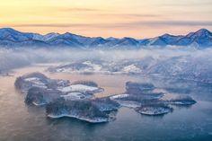 눈 덮인 산의 장막 안에서 투명하게 빛나는 작은 섬, 전북 정읍 옥정호 붕어섬