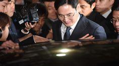 Jay Y. Lee, herdeiro da Samsung, encontra-se detido enquanto está a ser investigado por supostamente ter subornado a presidente da Coreia do Sul, Park Geun-hye. Está numa prisão famosa por receber presos bilionários, mas onde também está um canibal onde a corda da forca marca presença. Isso não significa, contudo, que deixou de ser o chefe.