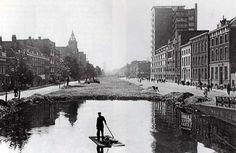Rotterdam Schiekade - met bombardements puin wordt het kanaal de Schie gedempt.