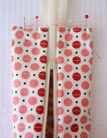Estojo ou bolsa com técnica para coser zíper sem ter de fazer costura no fundo - technique for sewing a small lined case, zipper treatment is different/unusual. Sewing Hacks, Sewing Tutorials, Sewing Projects, Sewing Patterns, Easy Patterns, Sewing Tips, Learn To Sew, How To Make, Pouch Tutorial