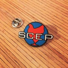 Le pin's de la SCEP !🐔 Jack Jefferson portait ce pin's sur sa veste jusqu'à l'accident de jokari... Representer la Société Cairote d'Elevage de Poulets fièrement lors de votre prochain gala. (Costume en alpaca non-fourni) #oss117 #oss