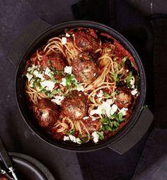 Nyt maksimoidaan lihapullien maku! Hiero pullataikinaan hienonnettuja kapriksia, fetaa ja reilusti valkosipulia.