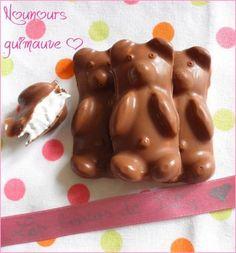 Voilà des nounours tous mignons en chocolat au lait et en guimauve qui n'ont pas fait long feu à la maison!! Aussi rapide à faire qu'à manger, c'est tout ce que j'aime^^ Pour environ 5 grands nounours en chocolat (ou 10 petits) 4PP le grand nounours N'étant...