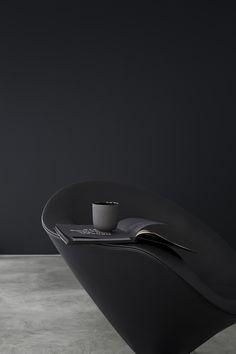 A minimal interior in dark & light | MyDubio