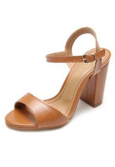 Sandália DAFITI SHOES Salto Grosso Caramelo, com cabedal em tira média, acabamento resinado com leve brilho e fecho em fivela. Possui salto geométrico de 10cm no modelo 34.