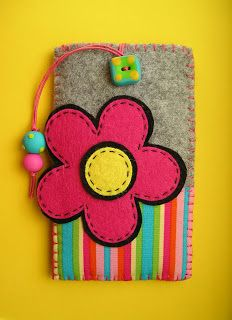 Meia Lua: Bolsas Rainbow                                                                                                                                                     Más Felt Diy, Felt Crafts, Fabric Crafts, Sewing Crafts, Sewing Projects, Felt Case, Felt Pouch, Felt Flowers, Fabric Flowers
