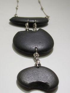 Basalto negro piedra de río del río Columbia. Perforado y con bisagras con alambre de ley. Ubicado en la cadena de hechos a mano.