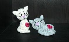 Diese zwei süßen kleinen Kätzchen machen sich super in jedem Regal, auf einem Geschenk für Katzenliebhaber, oder mit Sicherheitaugen und Katzenminze gefüllt sogar für die Kätzchen selbst. Sie werden fertig gehäkelt ca 12 cm hoch/ breit. Gehäkelt