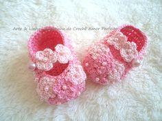 Sapatinho de Crochê Amor Perfeito Rosa  Encomendas personalizadas whatsapp 62 98146.4188 email artelinharj@gmail.com Instagram: @croche_artelinha www.elo7.com.br/crocheartelinha
