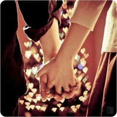 """""""Eu quero andar de mãos dadas com quem sabe que entrelaçar os dedos é mais do que um simples ato que mantém mãos unidas. É uma forma de trocar energia, de dizer: você não se enganou, eu estou aqui. Porque por mais que os obstáculos nos desafiem o que realmente permanece, costuma vir de quem não tem medo de ficar."""" (Fernanda Gaona)"""