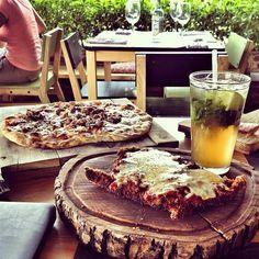 Rivadavia - Restaurante de cocina Italo-Argentino. Desde una deliciosa pasta hasta un buen corte, pasando por pizzas a la leña, ensaldas y postres.