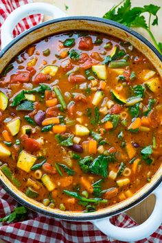 Minestrone Soup Recipe : A light tasty and healthy vegetable soup that is easy to make and packed with flavour! Ministroni Soup Recipe, Soup Recipes, Dinner Recipes, Cooking Recipes, Healthy Recipes, Cooking Tips, Healthy Foods, Vegetable Soup Healthy, Healthy Vegetables