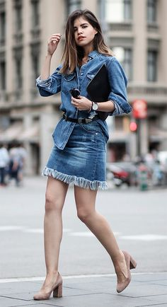 Street style look com camisa e saia jeans.                                                                                                                                                                                 Mais