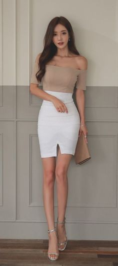 Office Style Nude and White. Asian Fashion, Look Fashion, Fashion Models, Girl Fashion, Womens Fashion, Fashion Outfits, Belle Silhouette, Beautiful Asian Women, Asian Woman