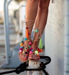 Sandali di cuoio fatti a mano, Mango Chili Un sandalo greco allantica classico fatto da vera pelle, decorato con pom pom, colorato amicizia