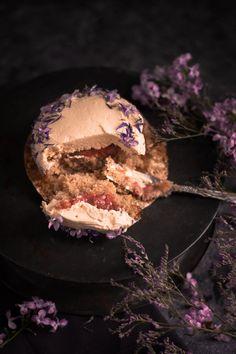 Dinkel-, Mandel- und Rhabarber-Cupcakes mit lila Honig-Buttercreme