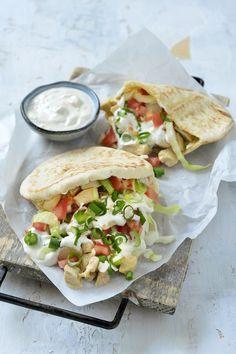 Pita met kip en een yoghurtsausje – Food And Drink Lunch Recipes, Cooking Recipes, Food Porn, Healthy Snacks, Healthy Recipes, Comfort Food, Food Inspiration, Love Food, Yummy Food