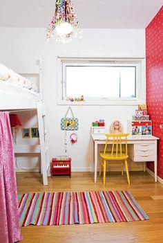 Pikerommet har fått en vegg kledd med tapetet Pip Wallpaper 386023 fra Eijffinger/Astex. Teppet og speilet under vinduet er fra Rice. Det lille pianoet er kjøpt på Galeries Lafayette i Paris. Skrivebordet og stolen er kjøpt brukt, stolen har siden blitt malt gul. Sengen er spesialtilpasset rommet av en møbelsnekker, og kan senkes dersom barnet går lei av lekerommet under.