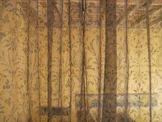 tenda in pura organza di seta, il motivo ornamentale raffigura un disegno ripreso da una copertina di un libro di pelle del rinascimento fiorentino.