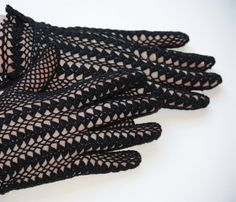 Vintage style crochet gloves Gloves: New Models & Old Favorites In Stylish…Uses size 40 thread. Uses UK crochet terms.Gloves With Shell Clusters Diy Crochet Patterns, Crochet Gloves Pattern, Crochet Mittens, Fingerless Mittens, Cute Crochet, Beautiful Crochet, Crochet Yarn, Hand Crochet, Lace Gloves