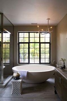 image salle de bain au charme naturel - carrelage de sol imitation bois, baignoire ovale blanche, meuble sous-vasque en bois