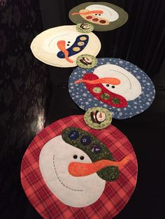 Curso 46: Aprende a hacer los mas hermosos individuales navideños que serán esenciales en tu decoración. - Etsy Christmas, Christmas Fun, Christmas Cards, Christmas Decorations, Xmas, Christmas Crafts Sewing, Etsy Quilts, Quilted Table Toppers, Christmas Characters