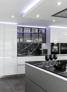 Modern kitchen design with no handles. Gloss Lacquered doors with a dramatic quartz worktop and splashback in a light grey colour with metal lacquer finish on the island. Grey Kitchens, Home Kitchens, Living Room Storage, Splashback, Camper Ideas, Modern Kitchen Design, Apartment Kitchen, Open Plan, Home Renovation
