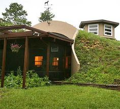 Loving Earth Sheltered Homes. After all of this research on off the grid homes I'm hands down going with an earth sheltered home. Something about being within the earth that's just inviting and gorgeous! - A Interior Design Natural Building, Green Building, Building A House, Underground Living, Underground Homes, Earth Sheltered Homes, Off Grid House, Eco Buildings, Unusual Homes