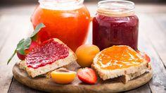 Právě začíná hlavní sezona domácích marmelád, kompotů, sirupů a dalších zavařovaných pochutin. Co všechno se dá z ovoce připravit a jak na to? To vám poradíme v tomto malém průvodci. Zvládnete to i vy!