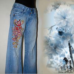 """SVĚTLE MODRÉ MALOVANÉ DŽÍNY BOKOVKY ESPRIT S-M Recy džíny ESPRIT cca S-M (měřte), ve kterých budete """"IN"""" Džíny jsou ze 100% bavlny, BEZ elastanu, světle modrý vintage denim. Namalovala jsem ručně pravou nohavici květy a ornamenty barvami na textil, tepelně zafixovala. Údržba klasická: prát jako všechny džíny samostatně, obrácené na rubovou stranu, poskládané, teplota ..."""