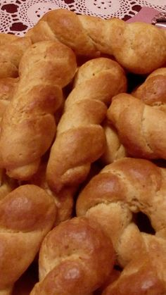 Koulourakia Recipe, Greek Cookies, Greek Sweets, Yogurt Cake, Easter Recipes, Greek Recipes, Pretzel Bites, Hot Dog Buns, Biscuits