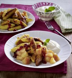 Unser beliebtes Rezept für Süße Schupfnudeln in Zimtbutter mit Apfelkompott, Vanillequark und Preiselbeeren und mehr als 55.000 weitere kostenlose Rezepte auf LECKER.de.