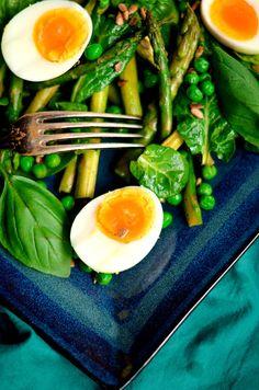 Zielona sałatka na wiosnę- ze szpinakiem, szparagami, groszkiem i jajkiem Ramen, Grilling, Salads, Ethnic Recipes, Kitchen, Food, Cooking, Crickets, Kitchens