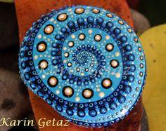 dipinto di rocce, dipinto di pietre, rocce a spirale, pietra a spirale, spirale blu, roccia mandala, meditazione arte, rock arte reii, spirituale arte