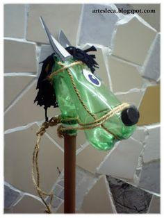 Cavalinho de pau feito de garrafa PET de lado