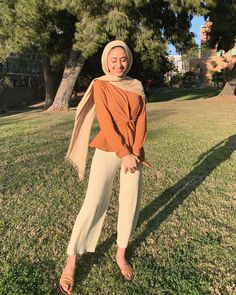Image may contain: 1 person, tree, grass, outdoor and nature Hijab Fashion Summer, Modest Fashion Hijab, Modern Hijab Fashion, Street Hijab Fashion, Modesty Fashion, Hijab Casual, Hijab Fashion Inspiration, Casual Fall Outfits, Muslim Fashion