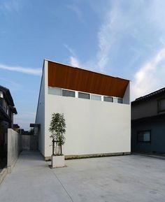 『YM-house』光と風を採り込む方流れ屋根の家の部屋 木目が映える白基調の外観