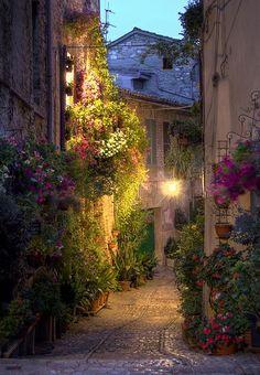 Vista nocturna callejuela en Spello, Perugia, Italia